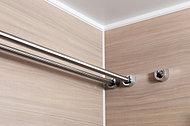 浴室には2本のランドリーパイプを設置。洗濯物をたっぷり干せます。バスタオルやシーツなど、大きな物も干せるので便利です。