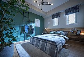 【一日の疲れを癒し、静かに落ち着いた時間を楽しめる主寝室】こだわりのインテリアに囲まれて、身も心もゆったりと安らげます。