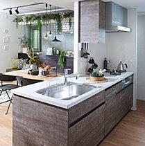 【使う人の視点で細やかな配慮をしたデザイン性の高いキッチン】美しさと先進の機能を備えた豊富なアイテムを採用しています。