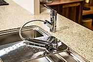シンクのお掃除や食器洗いに便利なハンドシャワー水栓。節水タイプを採用。