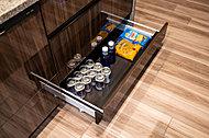 スペースを有効に活用して、足元の巾木部にスライド収納を設置。缶づめやドリンク類のストックに役立ちます。