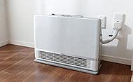 リビングダイニングには、床をすべるように心地よい温風を運ぶ移動型の温水ルームヒーターを標準設置しています。また、寝室には、場所を取らない薄型ファンコンベクターを標準設置。(一部除く)