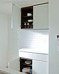 キッチンにはカウンター付食器棚を装備。美しさと機能性を備えています。(全戸標準)