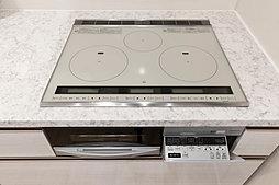 高い熱効率で調理もスピーディー。火を使わないから部屋の空気も汚さず、立ち消えの心配もありません。お手入れも簡単です。