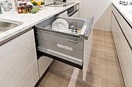 ビルトインタイプの食器洗い乾燥機を標準装備。多くの食器が一度に洗えて節水も期待できます。