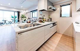 機能性とデザインを同時に高め、美しく統一された先進のキッチンスペース。
