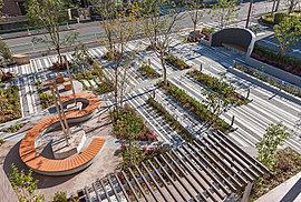 「オアシススクエア」は、エントランスへのアプローチであると同時に、コミュニティを育む場としての役割も担っています。R形状が特長的なベンチやパーゴラを配し、思い思いに回遊して時を過ごせるようデザインしています。