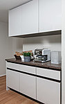 高級人造石フィオレストーンのカウンター付食器棚を採用。タイプにより炊飯器や電子レンジ、トースター等の家電収納を付設しました。(一部除く)