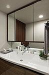 鏡の四方に木調のオレフィンシートを貼り、鏡に指紋がつきにくい三面鏡を採用。鏡裏は機能的な収納スペースとなっています。