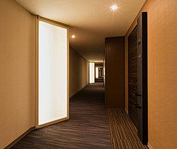プライバシーに配慮し、各邸へのアプローチは外部からの視線を遮る「内廊下」設計※とするとともに、この空間にはONからOFFへと気持ちを切り替えていただけるよう、アーティスティックな光が招く空間演出を施しました。※1階を除く