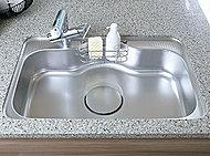 大きなフライパンや野菜なども洗いやすいワイドシンクを採用。水ハネ音や物を落とした時の音などを低減する静音タイプです。※一部除く