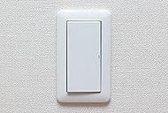 照明スイッチは、大型で軽くタッチするだけで操作できるワイドパネルスイッチを採用しています。