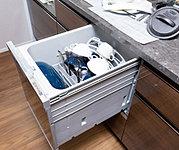 手洗いに比べて高い節水効果を実現。洗浄から乾燥まで任せられるため、家事の時間が軽減できます。食器の出し入れがしやすいスライドオープン式です。