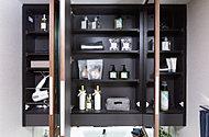 洗面化粧台の鏡裏には収納スペースを設置。化粧品や洗面道具などをすっきりと収納できます。
