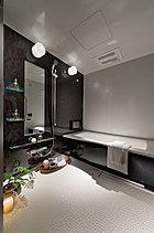ほしかったのは、居室と同じゆとりと寛ぎ。 求めたのは、身支度やバスタイムを快適にサポートできる機能性。そして、その空間が我が家の一部であり、部屋であること忘れないゆとり。