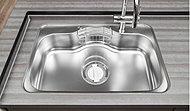 大きなお皿や大型の調理用具も洗える大きめのシンクを採用。低騒音仕様なので、水の音や食器等を落とした音も軽減します。