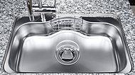大きなお皿や大型の調理用具も洗える大きめのシンク。低騒音仕様なので、水の音や食器を落とした音も軽減します。※モデルルーム写真