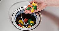 毎日発生する生ゴミを瞬時に破砕。浄化槽に流し込むことができます。つねに清潔なキッチンがキープできます。その上、音も静かです。