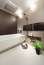 お子様と一緒にじゃぶじゃぶお風呂を楽しめるワイドなバスルーム。テレビを観ながらゆっくりくつろぐこともできます。