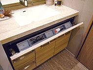 洗面ボウル下部には便利な洗面ポケットを設置。メイクや朝の身支度用品などを収納できます。