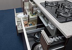 片手でサッと引き出せて、奥のものも簡単に取り出せるスライド式キッチン収納を採用。また、一部に開き扉収納も採用しています。※一部仕様が異なります。