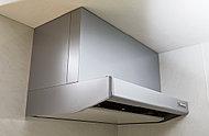 吸気口には取り外し可能な整流板を標準装備。大型レンジフードは煙やにおいを強力に排出します。※タイプによって形状が異なる場合があります。