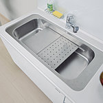 水切りプレートの上にまな板を置いて調理スペースとして使ったり、水切りカゴをセットしたりと多彩な使い方ができるユーティリティシンクがキッチンの機能性を広げます。