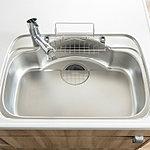 シンクの裏側に、シンクの振動を軽減する素材を装着し、水はね音を小さくしました。大きな鍋を洗えるワイドサイズシンク。