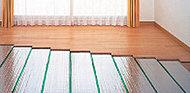 リビング・ダイニングには心地よく暖めるガス温水式床暖房を採用。塵や埃が舞い上がりにくいため、室内の空気が汚れる心配がありません。※参考写真