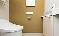 ローシルエットデザインのためスッキリとした空間を実現。お掃除がラクで、節水・節電効果も叶えるエコ仕様。手洗いカウンターも標準装備しています。