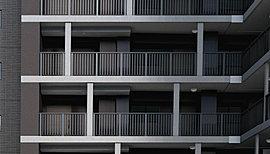 シンプルな形状、マリオンで奥行感。建物の形状はシンプルさを追求しました。全体のカラーはダークグレーを主体にすることで、街の景観との調和に配慮。一方、マリオン(建物を仕切る方立)をランダムに配置して建物に奥行感を与え、独自性を主張しています。