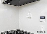 レンジサイドの壁面にはお手入れしやすいホーロー製のキッチンパネル。マグネットが利用できるので便利です。