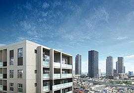 低層の建物に囲まれた住宅エリアに凛々しく佇む15階建のフォルムが、新しい都市生活のランドマークとして存在感を放ちます。