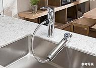 浄水器一体型のシャワー水栓を標準装備。安心しておいしい水を利用できます。ヘッド部分が引き出せ、シンクの掃除に便利です。