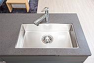 キッチンシンクには水があたる際の音を軽減する静音タイプを採用しました。シンク裏面に制振材を貼ることで、水や調理器具や食器などがあたる音を抑えます。※形状はタイプにより異なります。