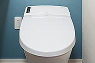 節水型のまる洗い洗浄便器を採用しました。汚れがたまりやすいつぎ目がなく、強力な水流が便器鉢内のすみずみまで回り少ない水量でしっかりとまる洗い洗浄(パワーストリーム洗浄)ができ、いつでも清潔に保てます。
