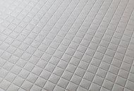 基材層の上に独自の断熱層を重ねて足裏が接地した時ひんやりとするのを抑制します。水はけの良いモザイクパターンは乾燥しやすく汚れも少なくなります