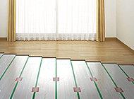 心地よく暖めるTES温水式床暖房を採用。塵や埃が舞い上がりにくいため、室内の空気の汚れがあまり気になりません。※参考写真