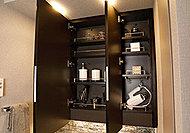 3面ミラーの裏側も収納スペースとして確保。化粧品や香水など小物の収納に最適です。(image)