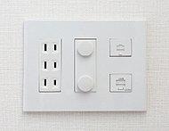 電話用モジュラージャック、住戸内LAN用イーサネットコネクタ、テレビ用端子、電気コンセントをコンパクトにまとめたマルチメディアコンセントを採用。室内をすっきりすることができます。(image)