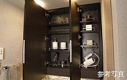 3面ミラーの裏側も収納スペースとして確保。化粧品や香水など小物の収納に最適です。