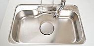 シンクには、間口と奥行きの広いシンクを採用。鍋や大皿などの大きな食器も、ラクに洗えるゆとりのサイズです。