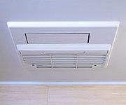 1台で乾燥、暖房、涼風、換気の4役をこなす24時間換気機能付き浴室暖房乾燥機を標準で設置。