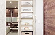 タオルや着替えをはじめ、シャンプーの予備などを収納できる便利なスペースです。