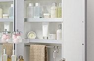 三面鏡のウラには、洗面用具や化粧品などが収納できる棚を設置。また、洗面ボウルの下にも収納を設けているので、洗面回りがスッキリと片づきます。