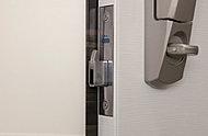 錠前部のこじ開けを防止し、施錠状態が外から見えない形状とすることで防犯性能を高めています。