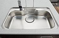 シンクの底面に静音加工を施し、水はね音を小さく抑えることでキッチンの騒音を最小限に留めます。