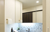 扉を開ければ洗面用具や化粧品などを収納できるスペースに。散らかりがちな洗面台回りを美しく保ちます。