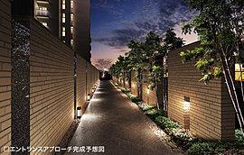 門であるアプローチゲートから住棟への間は、ロングスパンのアプローチを設計。タイルと石積みによる壁を設け、植栽も配すことで景観としての美しさも強調しました。外からの目線を遮ることでプライバシー性と独立性を高めます。
