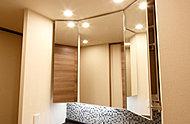 扉を開ければ洗面用具や化粧品などを収納できるスペースに。散らかりがちな洗面台周りを美しく保ちます。